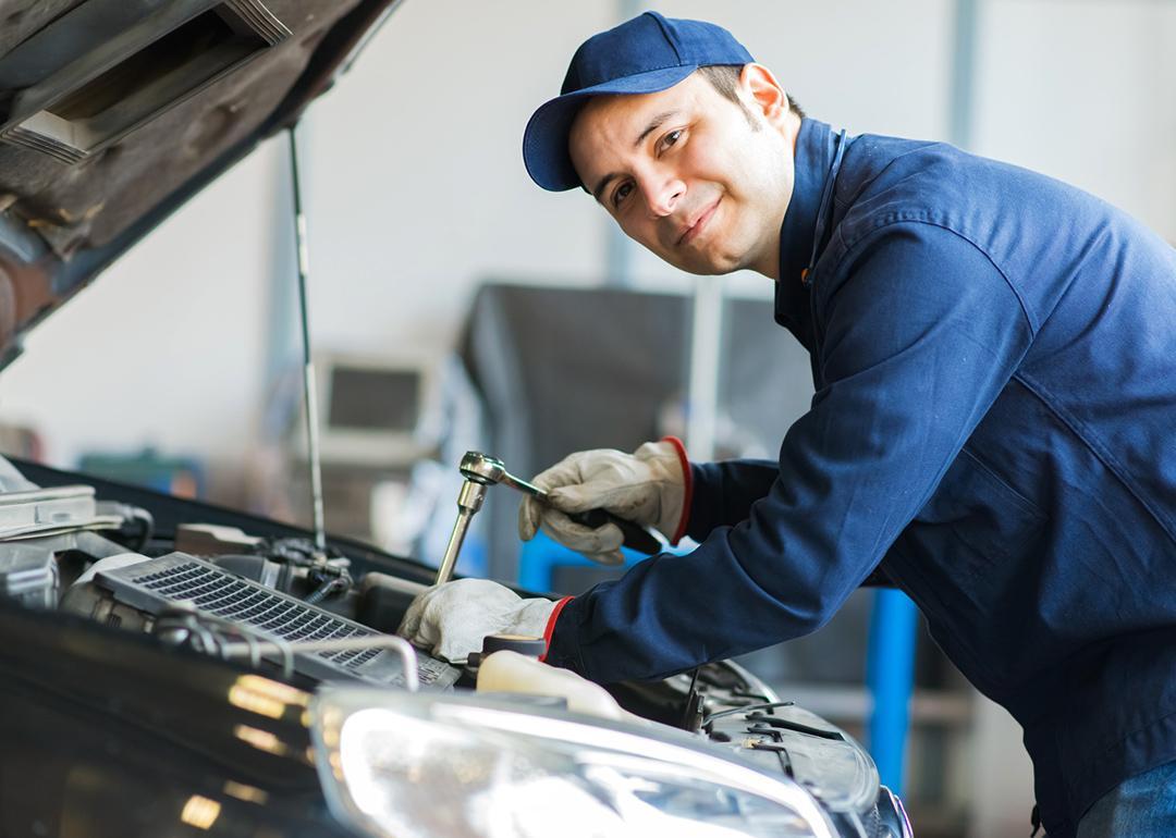 mechanik samochodowy podczas pracy wprofesjonalnym serwisie