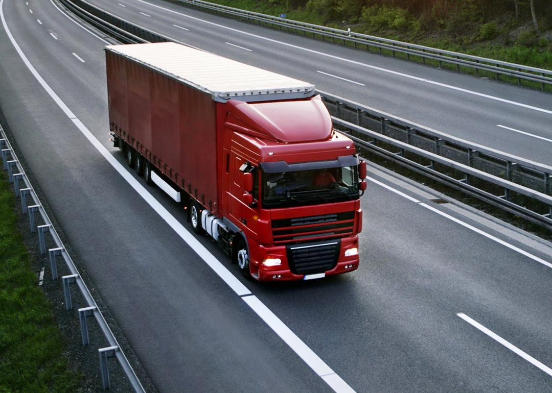 Czerwony samochód ciężarowy naautostradzie